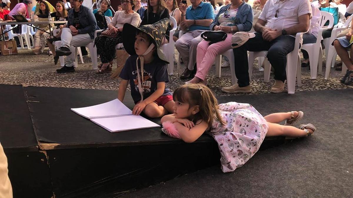 Público en el Palacio del Infantado de Guadalajara escuchando cuentos