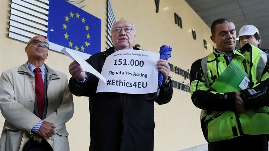 Entregan 151.000 firmas a la CE para exigir acciones contra Barroso