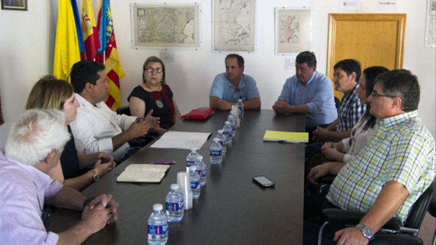 Luis Rubio, de azul y más próximo a la puerta, en una reunión con el presidente de la Diputación de Castellón en Cirat
