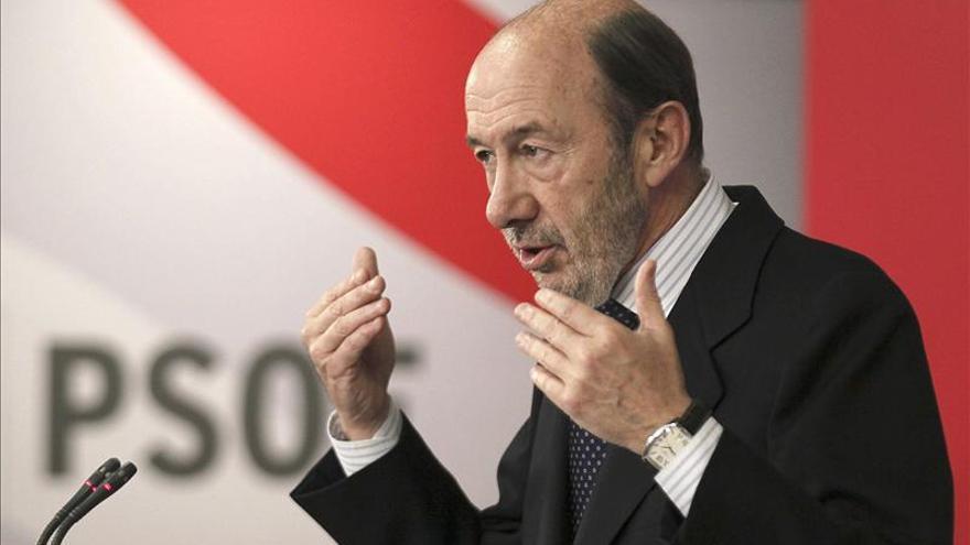 """Rubalcaba pide """"humildad"""" a Rajoy y Olli Rhen antes de desdeñar su propuesta"""