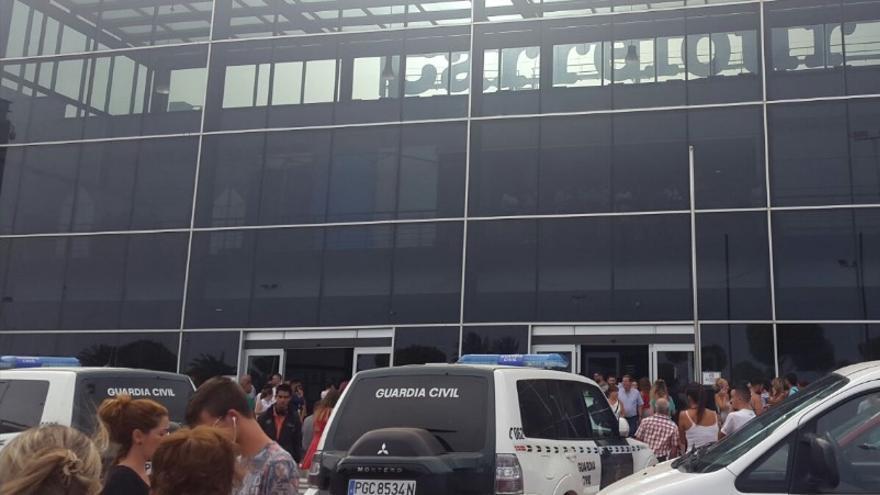 Desalojo del Centro Comercial Atlántico de Vecindario.