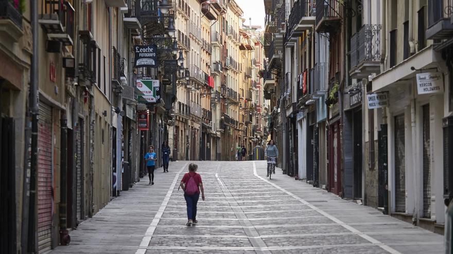 Una persona camina por el casco antiguo de Pamplona