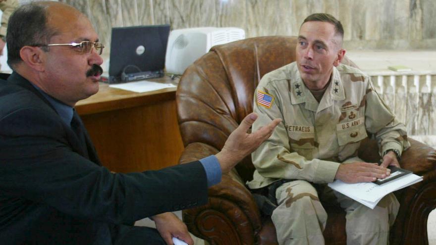 El actual director de una oficina anticorrupción Mishan Al Jabouri, en una reunión con un general estadounidense en 2003, cuando comenzó la guerra de Irak.