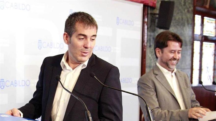 El presidente del Gobierno de Canarias, Fernando Clavijo y el presidente del Cabildo de Tenerife, Carlos Alonso. EFE/Cristóbal García