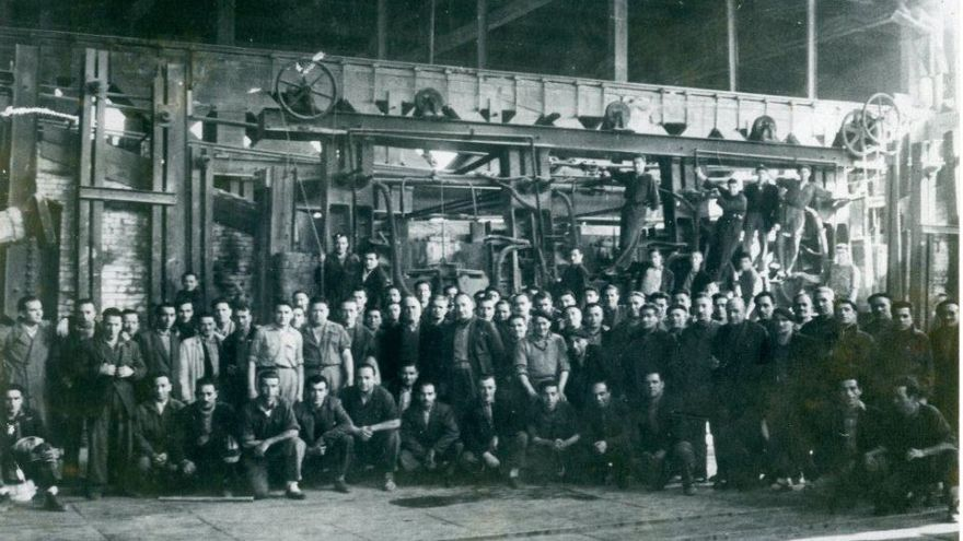 Trabajadores de Las Forjas de Buelna en el interior de la fábrica. | Archivo Paulino Lagunillo / Desmemoriados