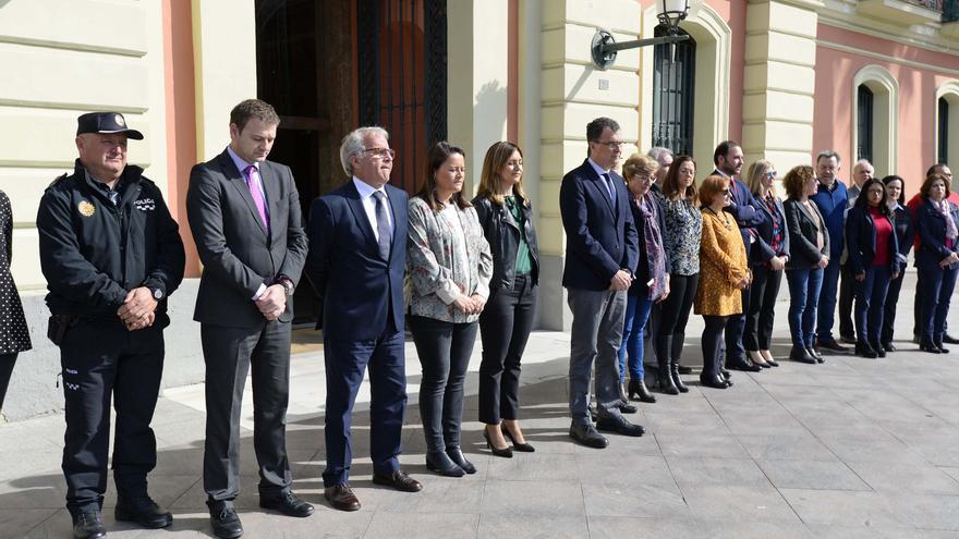 El alcalde de Murcia, José Ballesta, y miembros de la corporación municipal durante el minuto de silencio por las víctimas del 11-M