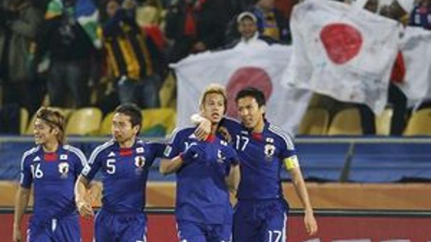 Los jugadores japoneses celebran uno de los tantos conseguidos ante Dinamarca. (REUTERS)