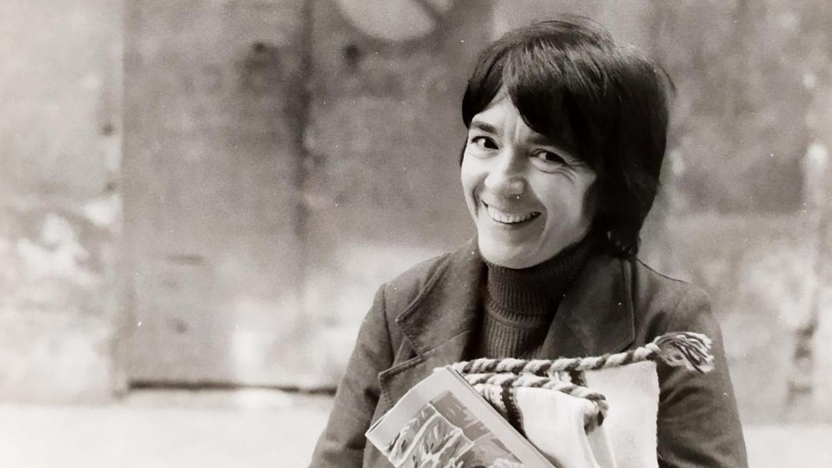Amalia Avia delante de uno de sus temas, en los setenta