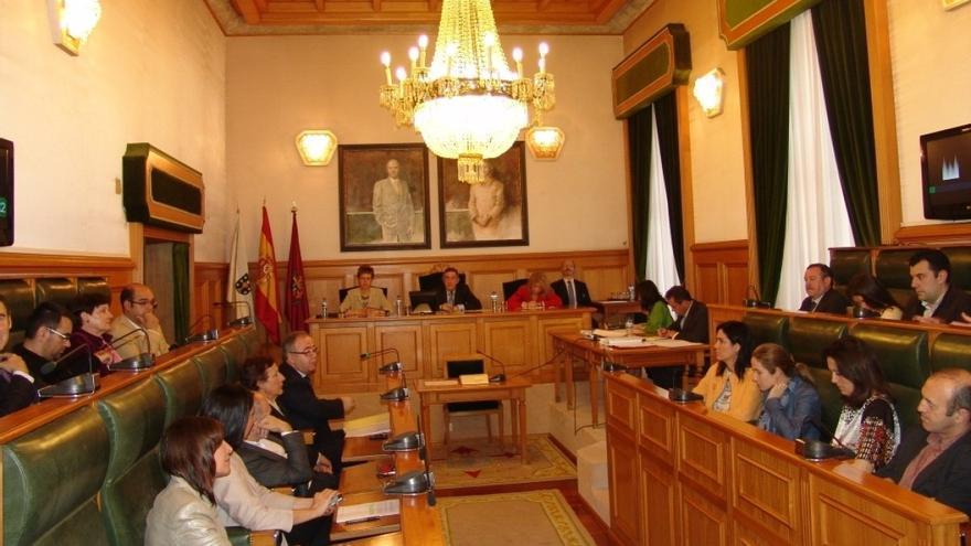 Pleno en Santiago, con los ex ediles en la bancada del PP