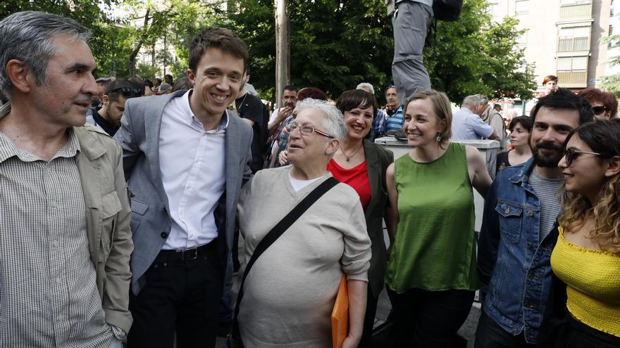 Íñigo Errejón, Tania Sánchez, Ramón Espinar y Dina Bousselham, con asistentes a la inauguración de la calle Marcelino Camacho en el barrio de Carabanchel.