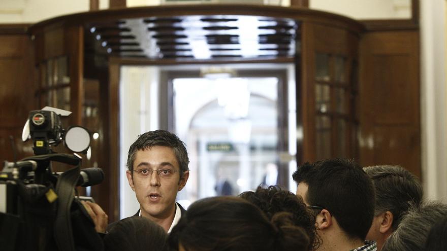 Eduardo Madina atiende a un numeroso grupo de periodistas en el Congreso.