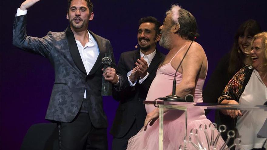 Paco León agranda su leyenda con el primer premio póstumo recibido en vida