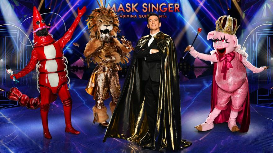 Arturo Valls con tres de los concursantes de 'Mask Singer'