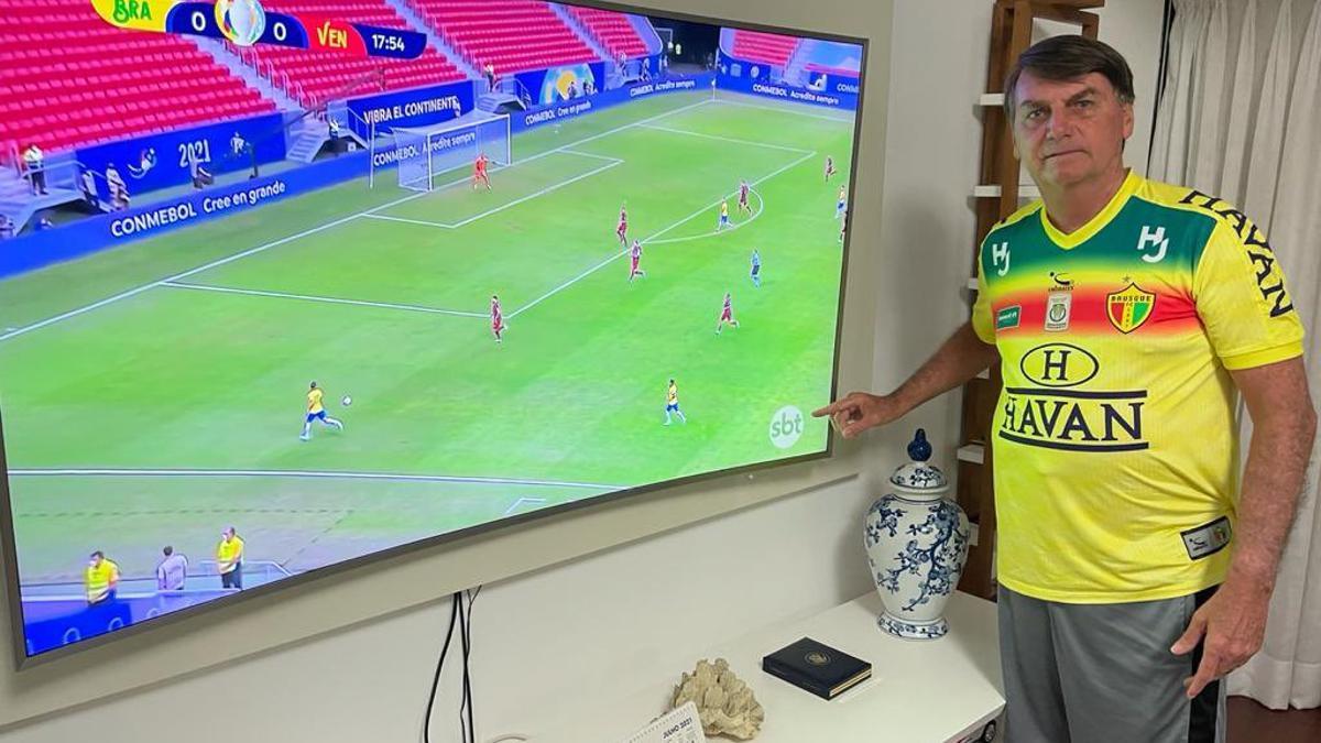 Jair Bolsonaro publicó en Twitter una foto mientras miraba el partido de Brasil.