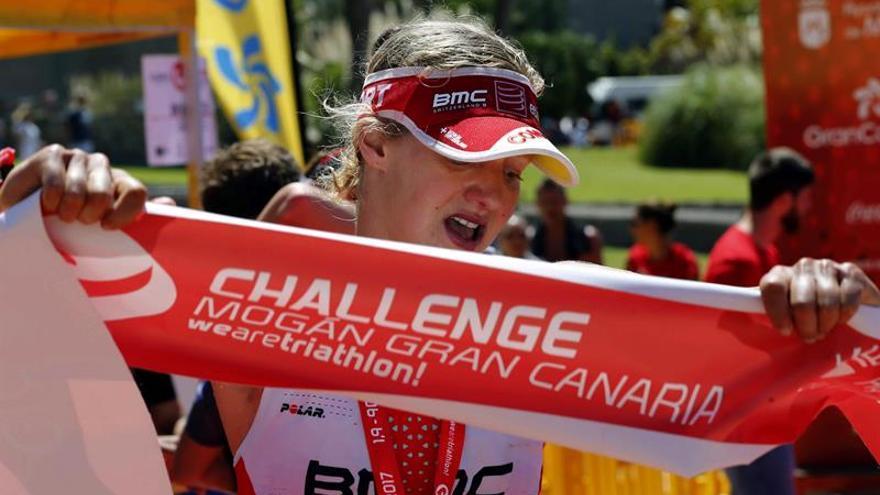 La británica Emma Pallat se proclama campeona de la segunda edición del triatlón Gloria Challenge Mogán Gran Canaria en la localidad turística de Amadores. EFE/Elvira Urquijo A.