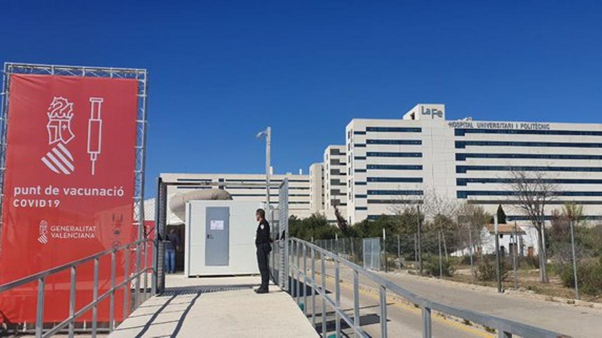 El punto de vacunación instalado en el hospital de Campaña del hospital La Fe de València.