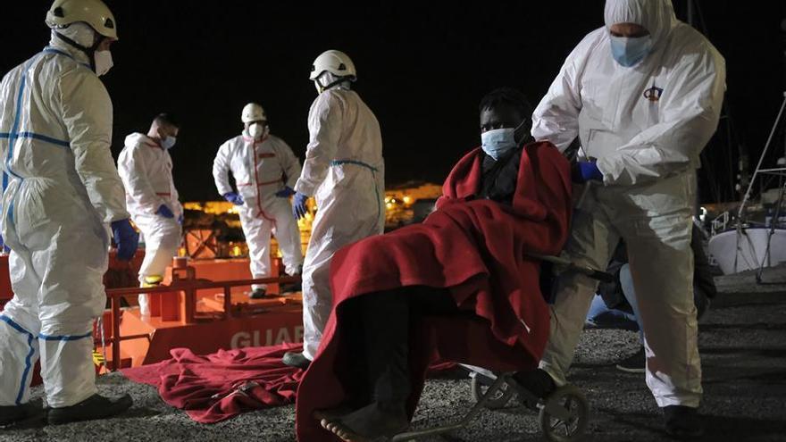 Los servicios de emergencia auxilian a cinco pateras cerca de las costas de Canarias