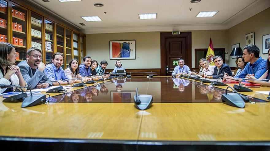 Pedro Sánchez y Pablo Iglesias, en la reunión de PSOE y Unidos Podemos en el Congreso el pasado mes de julio.