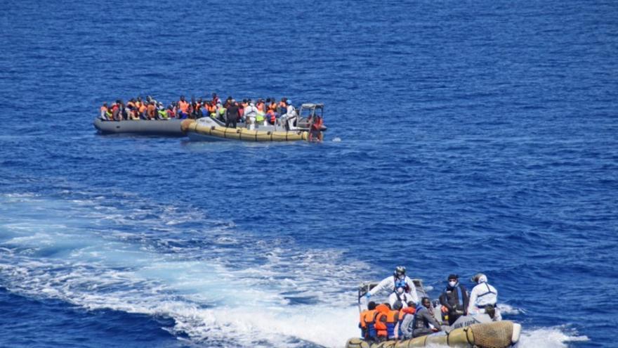 El rescate de una embarcación por parte de la Marina Militar italiana en el Mediterráneo, este abril. | Twitter Marina Militar.