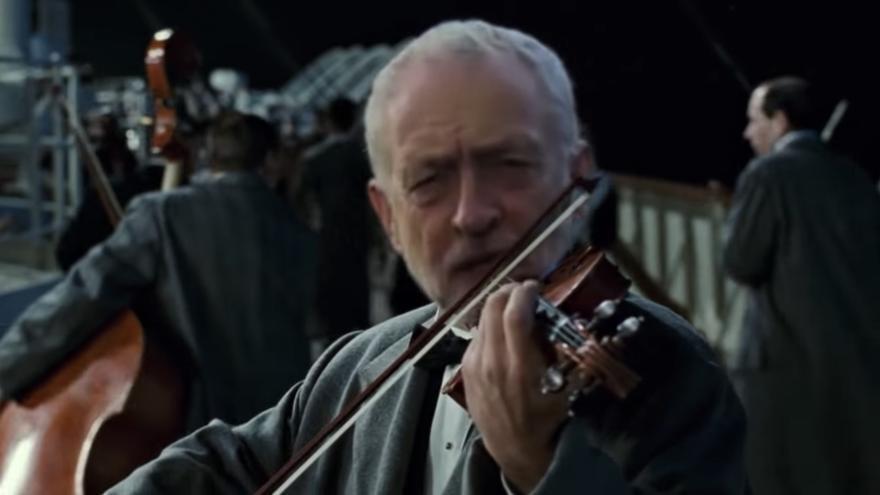 Jeremy Corbyn aparece como uno de los músicos del Titanic. Frame del vídeo de Josh Pappenheim.