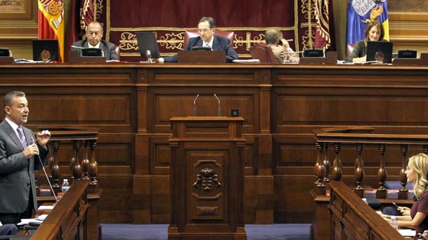 El presidente del Gobierno de Canarias, Paulino Rivero, responde a una de las preguntas de la portavoz del Grupo Popular, María Australia Navarro, durante la sesión plenaria del Parlamento regional. EFE/Cristóbal García