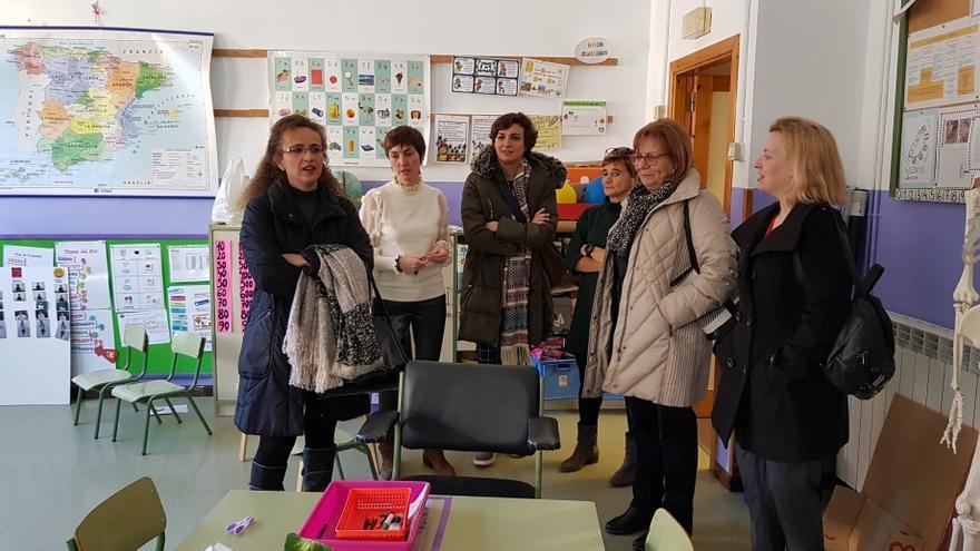 Visita institucional al colegio público Salvador Minguijón de Calatayud, uno de los centros que participa del programa de patios inclusivos.