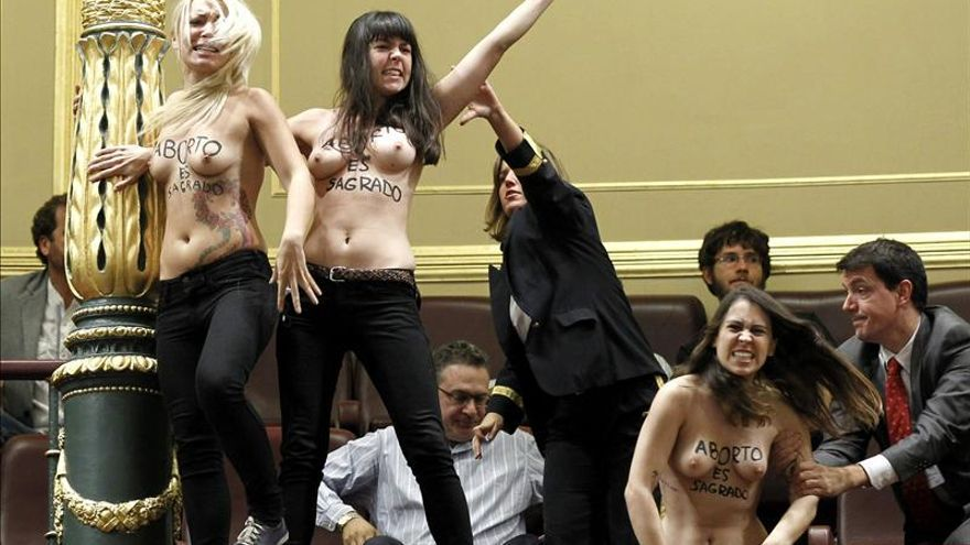 Protesta de tres activistas de Femen en el pleno del Congreso.
