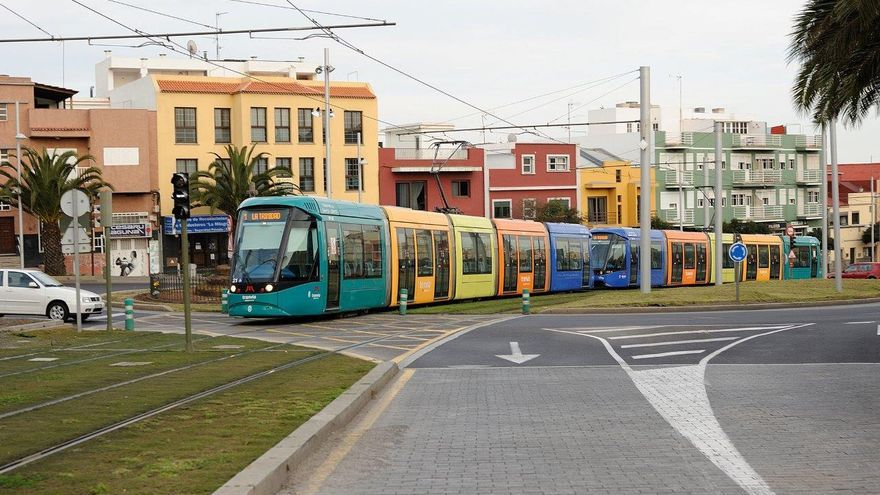 El tranvía del Cabildo de Tenerife, a su paso por la lagunera Cruz de Piedra, en una imagen de archivo