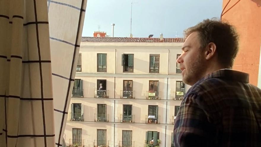 Agustín Vega, catando desde su ventana a la Plaza del Rastrillo | SOMOS MALASAÑA