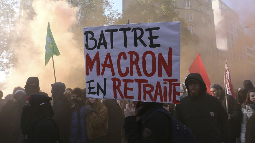 Descripción : Protesters demonstrate in Rennes, western France, Thursday, Dec. 5, 2019. Unions launched nationwide strikes and protests over the government's plan to overhaul the retirement system. Banner reads: 'Beat Macron in retreat' .