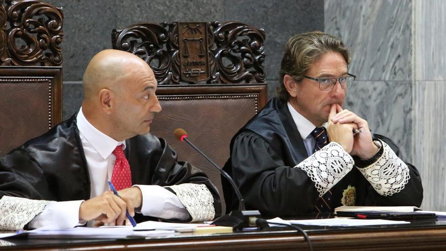 El presidente del Tribunal Superior de Justicia de Canarias, Antonio Doreste, y el juez Salvador Alba en el juicio del caso Patronato (ALEJANDRO RAMOS)