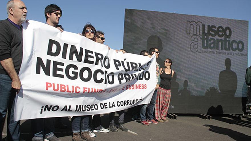 Protesta en la inauguración del museo submarino de Lanzarote.