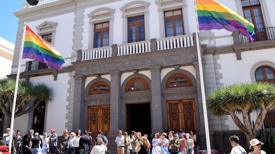 Momento del izado de la bandera arcoíris, este jueves por fuera del Ayuntamiento santacrucero