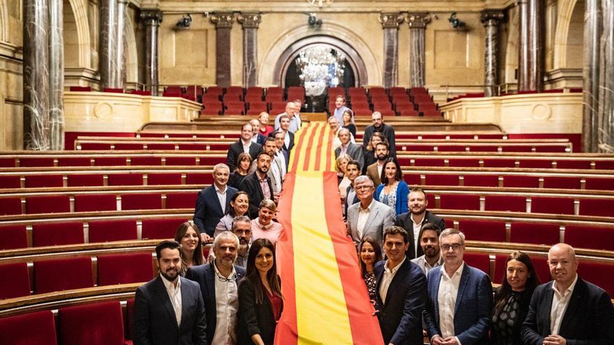 Ciudadanos despliega una gran bandera de España y Catalunya en el hemiciclo del Parlament