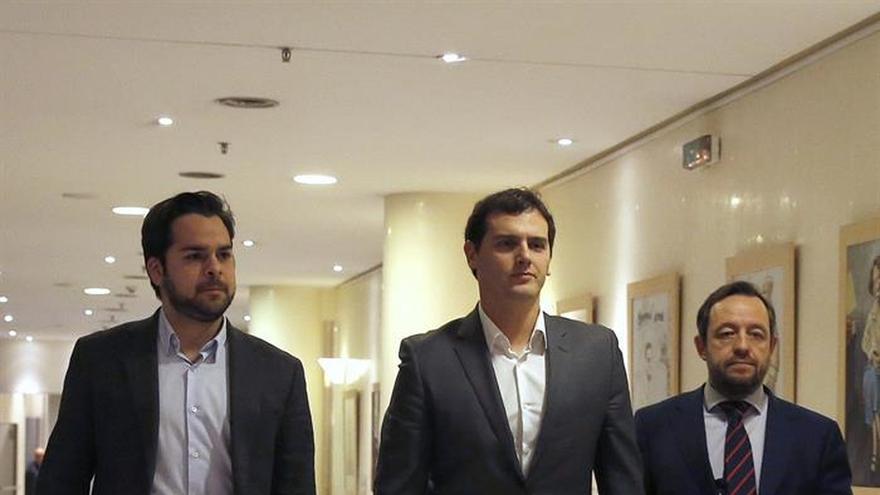 """Rivera pide al PSOE un """"último esfuerzo"""" para pactar un acuerdo, que ve cerca"""