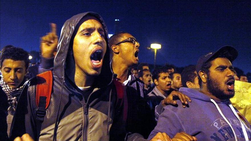 Dos muertos y 13 heridos en choques entre manifestantes y policías en Egipto