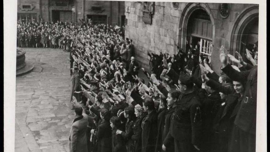 Multitud realizando el saludo fascista en la plaza de Praterías de Santiago