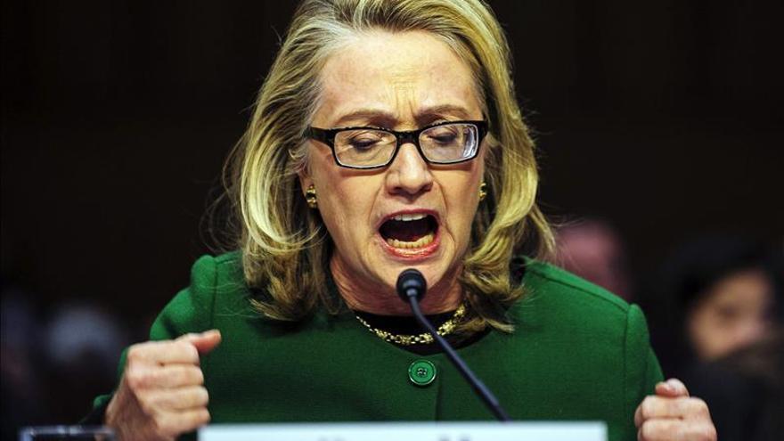 """Clinton admite """"deficiencias"""" en la respuesta al ataque al consulado en Bengasi"""