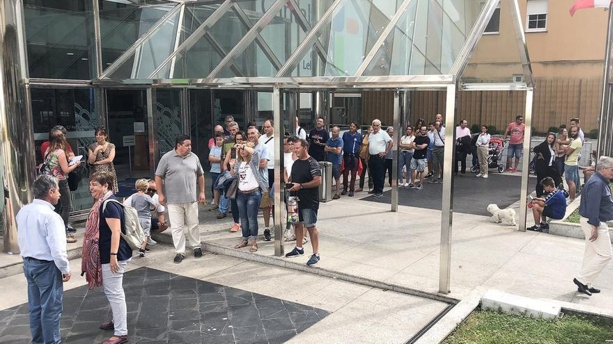 """Colas de casi mil turistas para saludar a Revilla: """"Con él no hay barreras: es como si fuera de nuestra familia"""""""