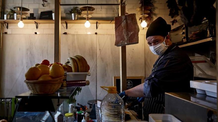 El cocinero que reconvirtió su bar en un comedor solidario