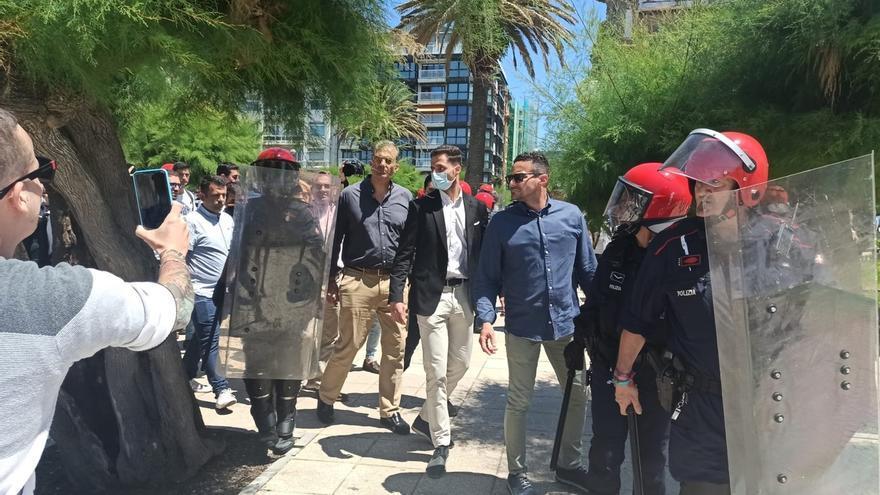 Grupos de antifascistas y radicales increpan y se enfrentan a dirigentes de Vox durante un paseo por San Sebastián