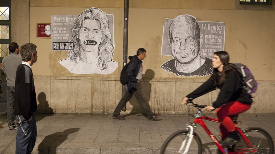 La imagen de Juan Andrés Benítez, a la derecha, en una fachada del barrio del Raval de Barcelona. /ENRIC CATALÀ