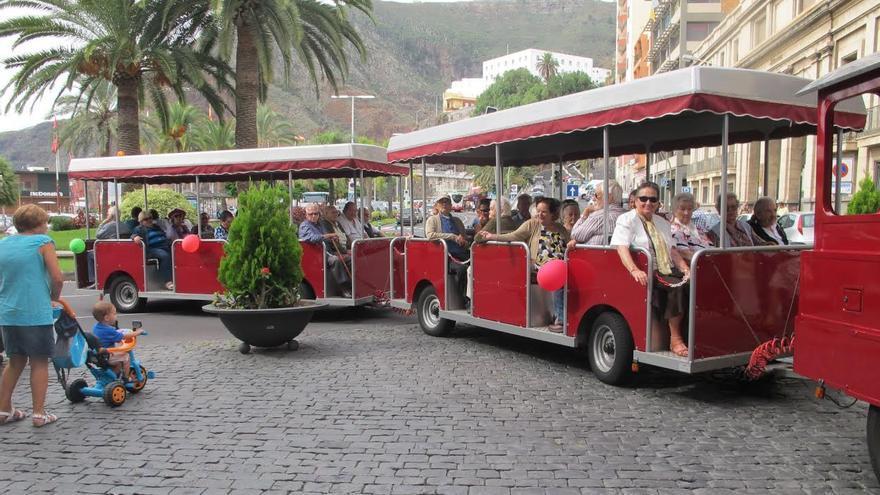 Los mayores disfrutan de un paseo por la capital en el 'tren' turístico.