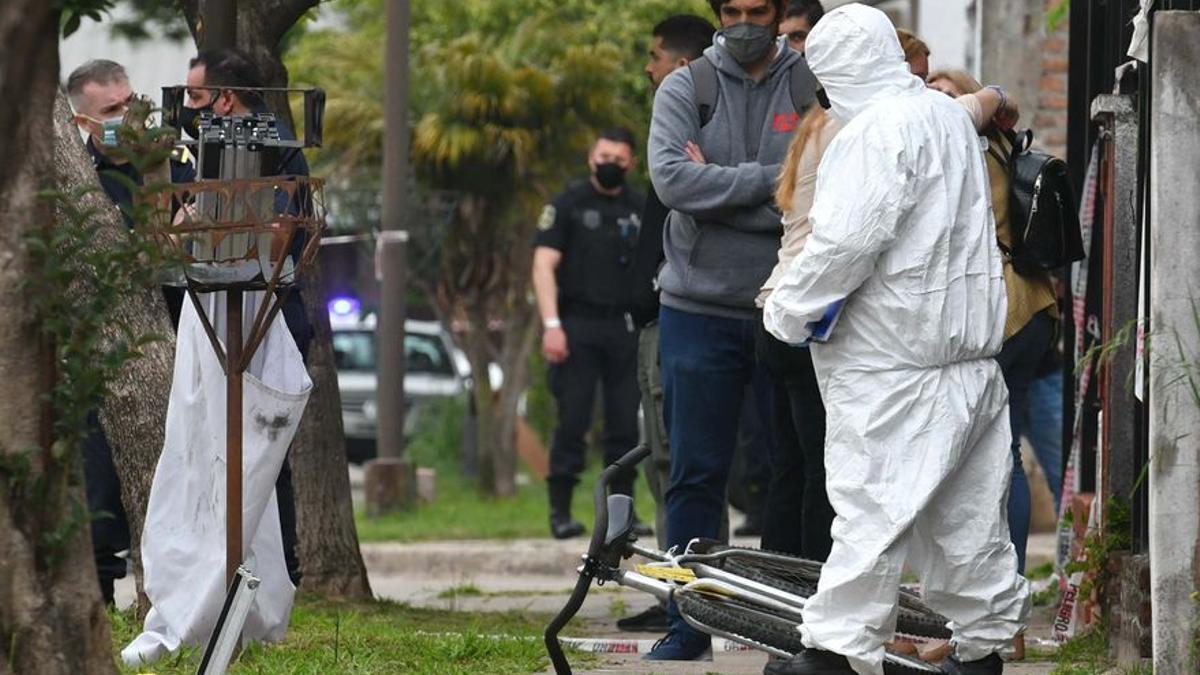 Mataron de una puñalada a un adolescente cuando iba a la escuela para robarle el celular.