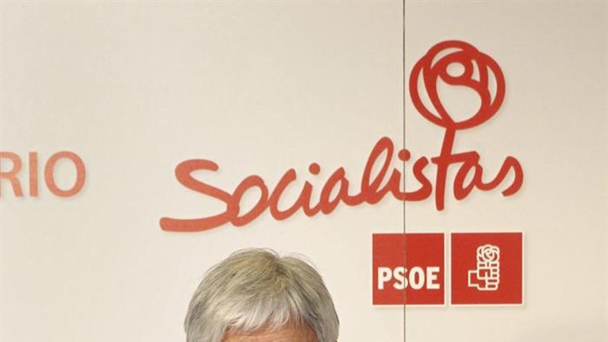 El líder socialista canario, José Miguel Pérez, realiza declaraciones a la prensa antes del encuentro que ha mantenido con el nuevo líder del PSOE, Pedro Sánchez, en la sede nacional del partido. Efe/J.J.Guillen
