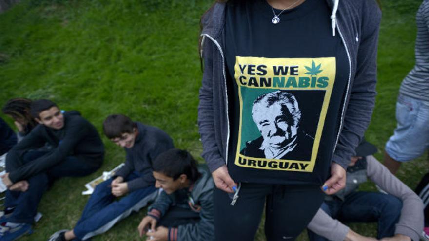 Una joven luce una camiseta alusiva a la legalización del Cannabis en el Uruguay. EFE