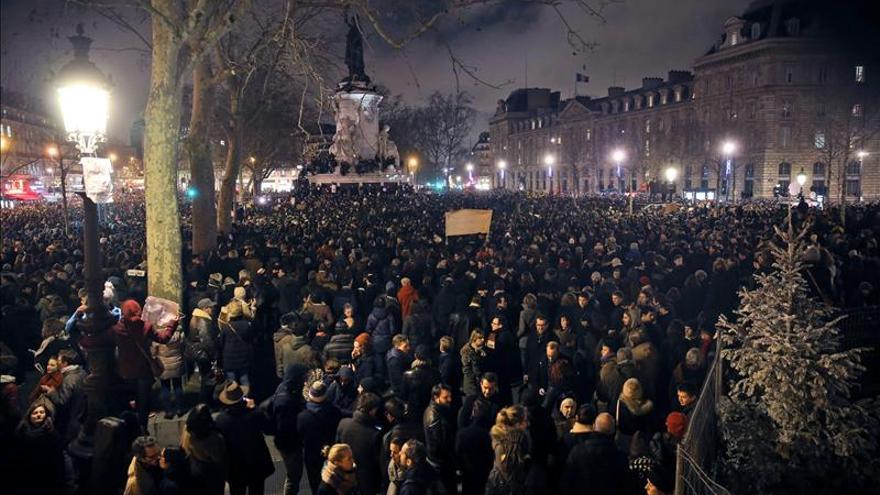 """Una multitud protesta en silencio en París contra la masacre del """"Charlie Hebdo"""""""