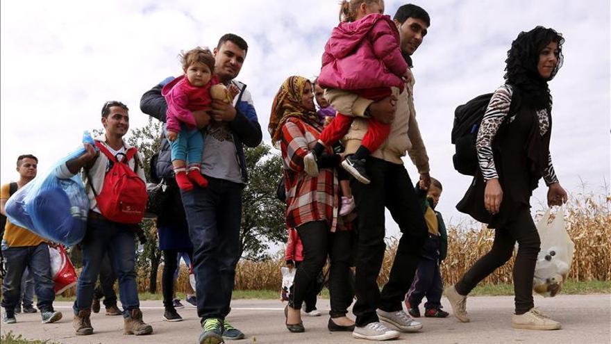Refugiados caminan por una carretera del pueblo croata Ilok, fronterizo con Serbia. / Efe.