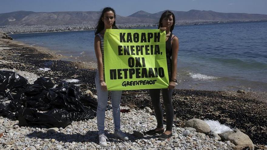 La limpieza de combustible del petrolero hundido en la costa griega durará un mes