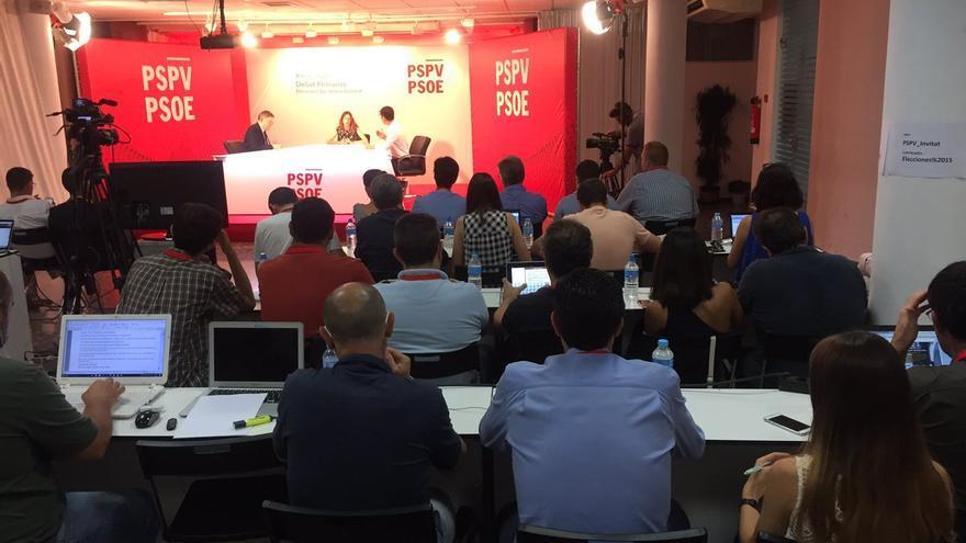 Los periodistas siguen en directo el debate entre Ximo Puig y Rafa García en la sede del PSPV-PSOE.